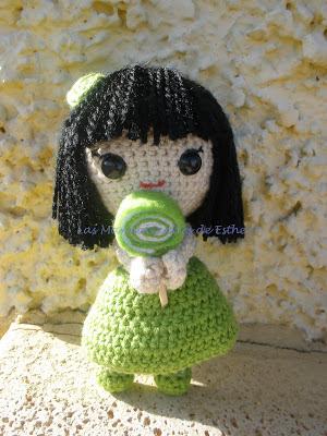 Muñeca realizada a crochet con vestido verde y una piruleta de fieltro