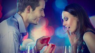 اعرفي ما الذي يلفت نظر وانتباه الرجل للمرأة - رجل يطلب يد امرأة - man proposing to woman