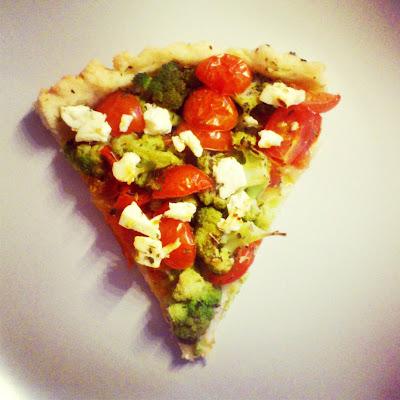 Tarta z pomidorkami, brokułami i serem feta