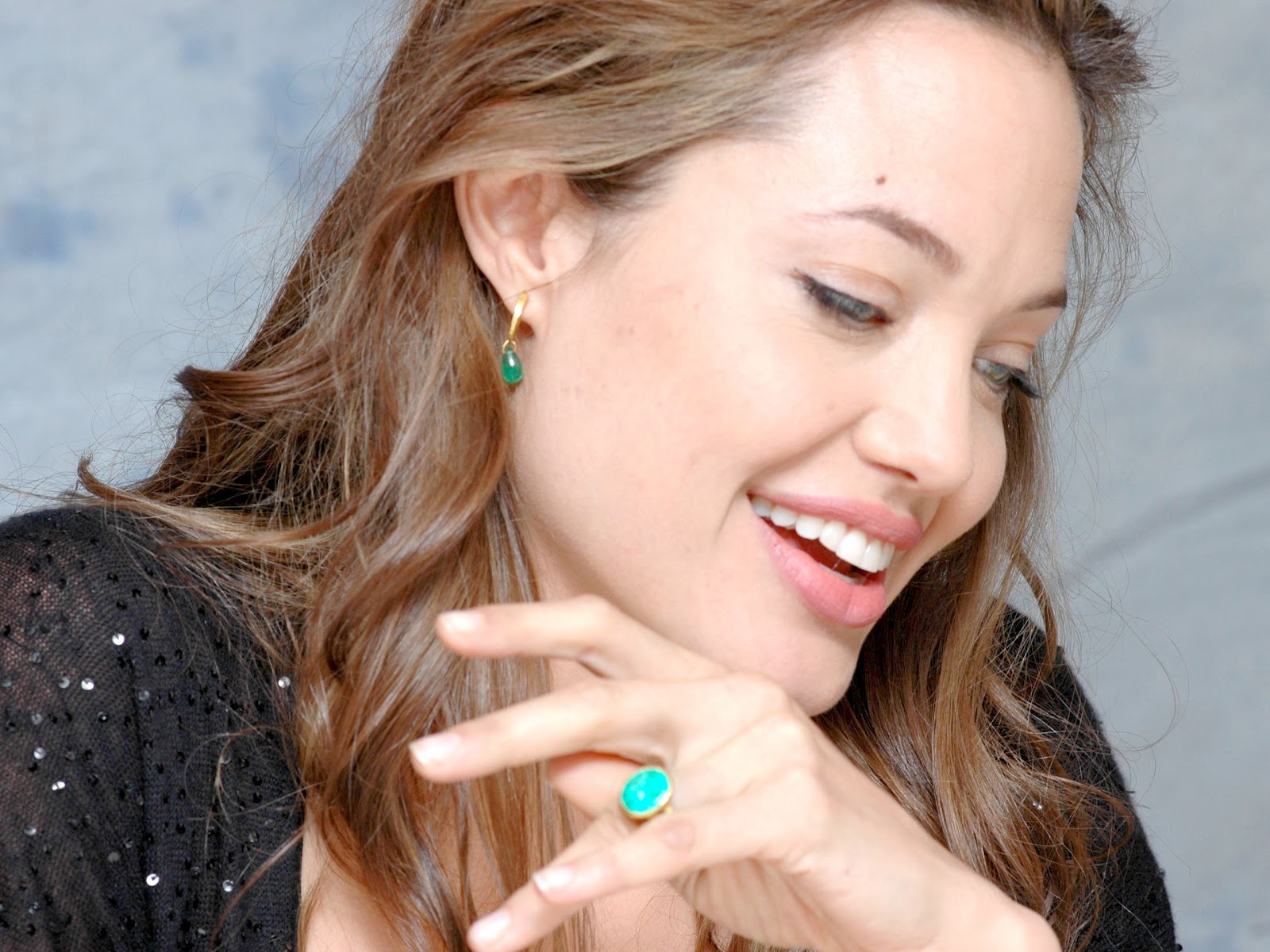 http://4.bp.blogspot.com/-UaimNg6wyY4/UE8s5JdHIKI/AAAAAAAAAfA/JJmIkOxDabg/s1600/Angelina_Jolie_With_smile_And_Ring.jpg