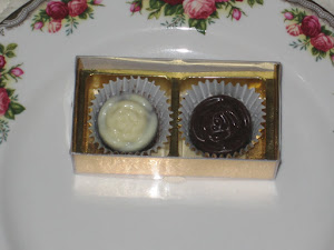 DOOR GIFT- 2 pcs chocs + cavity box