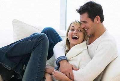 كيف تحل وتتخلص من مشكلاتك الزوجية أولاً بأول - زوجان حبيبان سعداء سعيدان - happy married couple