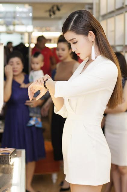 Tại sự kiện, Á hậu thích thú ngắm một chiếc đồng hồ và nhanh chóng mua nó với giá 9.500 USD, khoảng 200 triệu đồng.