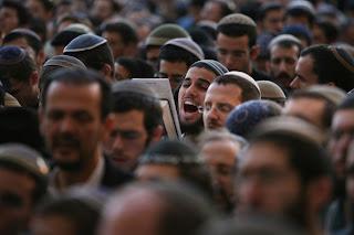 Israel Miris, Diluar Sangar Didalam Bobrok