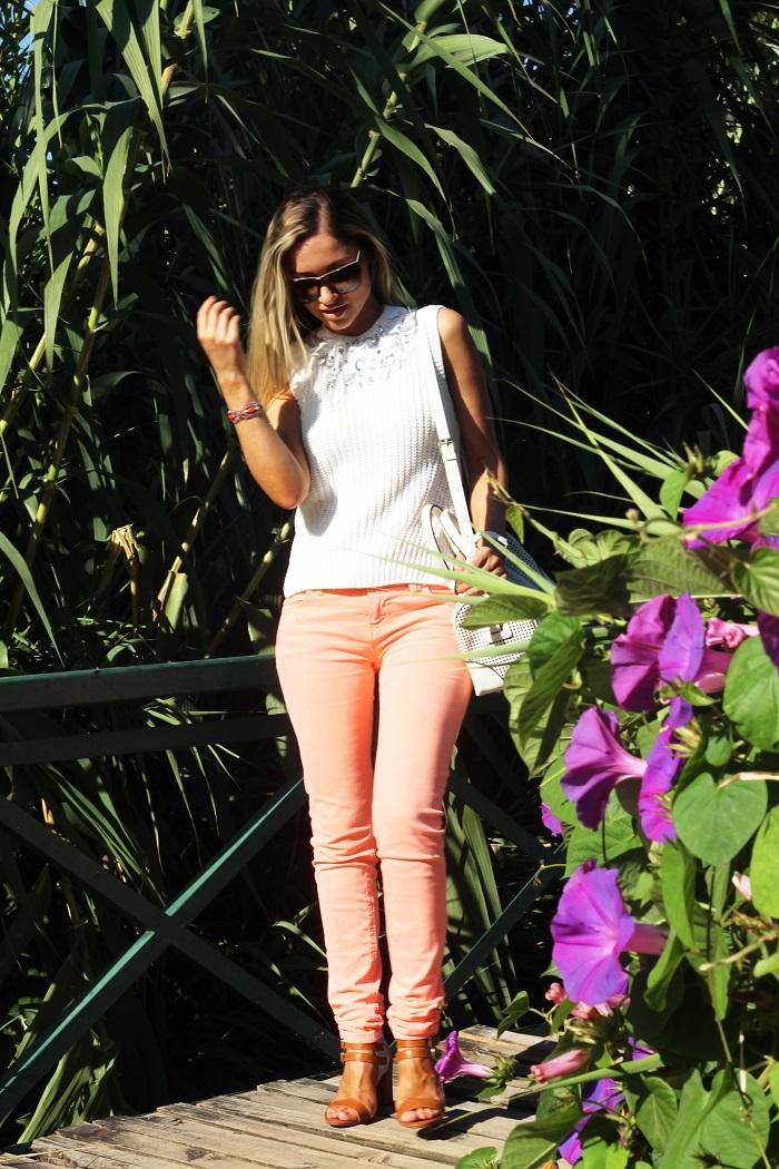 Saudades dos dias fantásticos de sol... E vocês?! Foi num desses dias que fotografei este Look... Dicas de moda e imagem. Style Statement. Blog de moda portugal. Look do dia/Outfit. Jeans salmão laranja néon, top malha branco com lantejoulas. Relógio Just Cavalli.