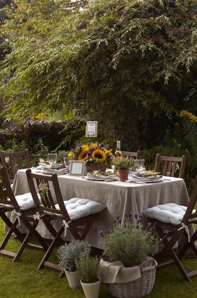 Simple Outdoor Table Decorations