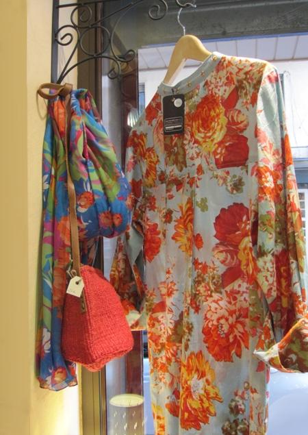 Vestido camisola estampado flores y bolso naranja