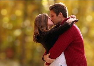 Foto de um casal se beijando