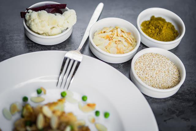 Quinoa Curry mit Blumenkohl Zutaten Schüsseln