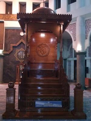 gambar mimbar khotib Mesjid Raya Al-Azhom Kota Tangerang