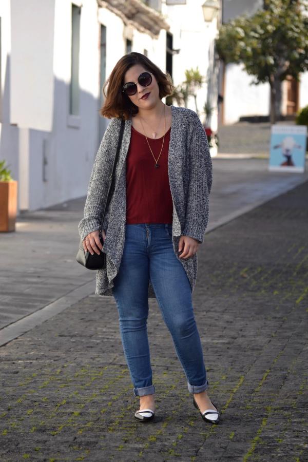 look_cardigan_burdeos_zapatos_pico_bicolor_lolalolailo_04
