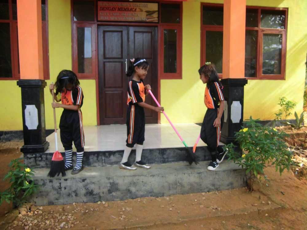 membiasakan Kerja Bakti Lingkungan Sekolah