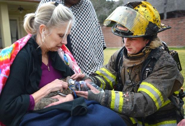 Gato foi resgatado de casa em chamas no Texas e salvo por uma máscara de oxigênio (Foto: AP Photo/Fort Worth Texas Fire Department)