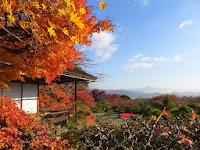 遠くには霊峰比叡山、大文字、徒然草ゆかりの双ヶ丘を眺めることができる。