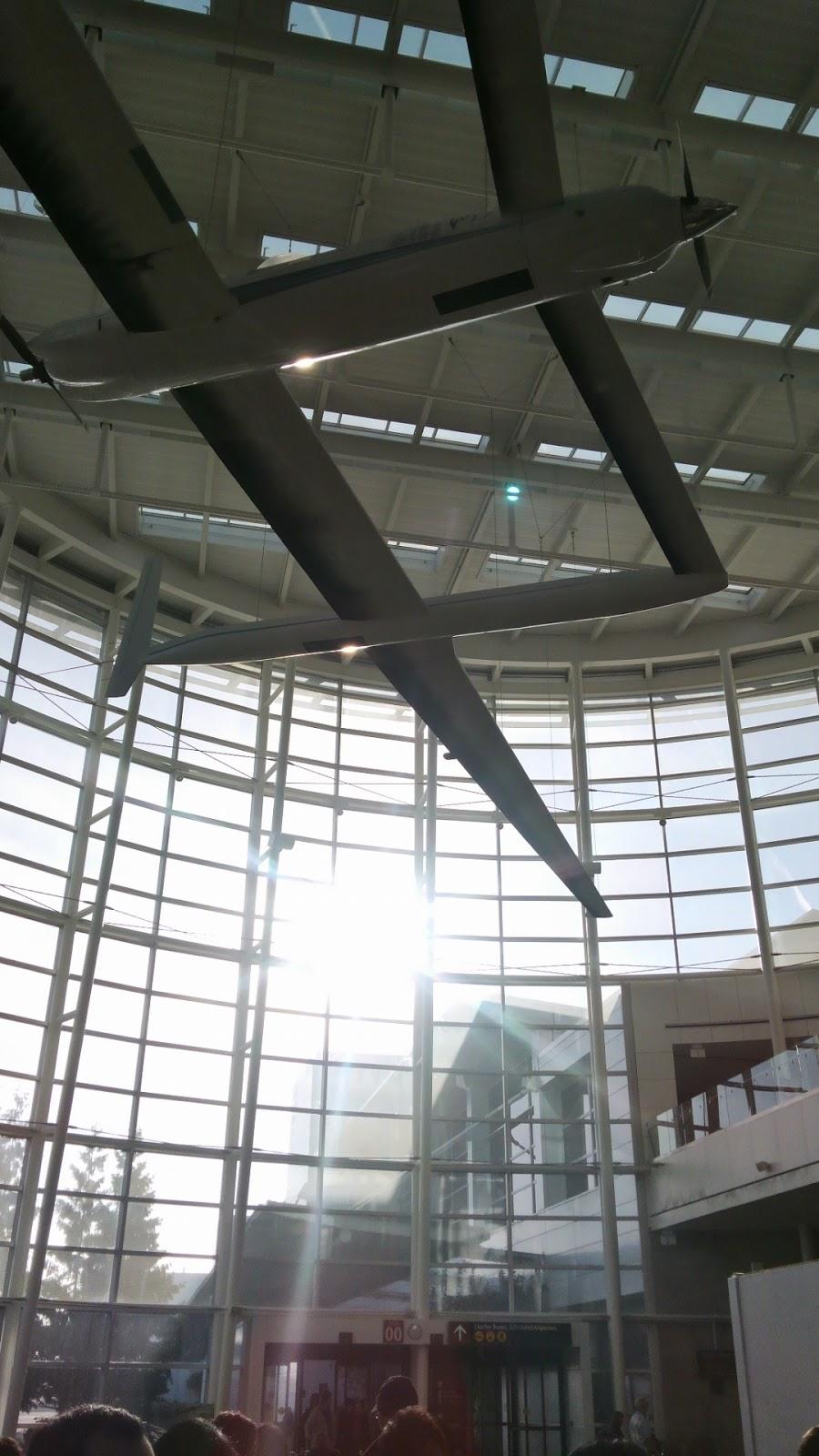 シアトルの空港にて。朝日が眩しい。