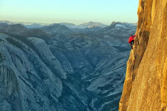 Скалолаз Алекс Хоннольд покоряет гору в национальном парке Йосемити без страховки. США.