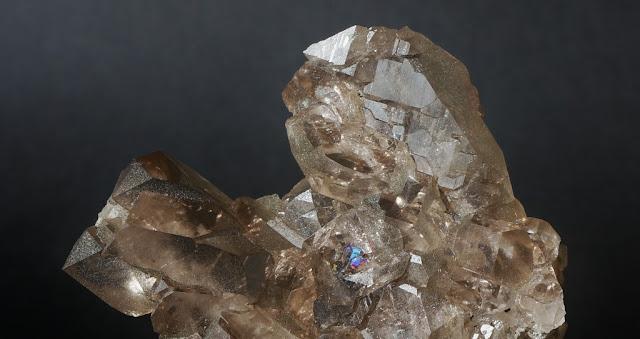 détail d'un cristal de quartz fumé montrant les âmes à l'intérieur du minéral