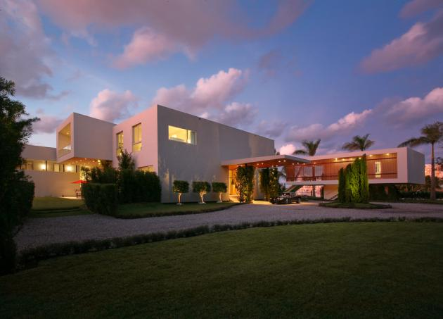 Front facade of the Modern Villa by Touzet Studio