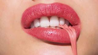 العلك الخالي من السكر مفيد في التخلص من رائحة الفم الكريهة