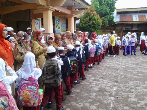 Siswa - siswi Bersalaman Setelah Acara Selesai Berlangsung
