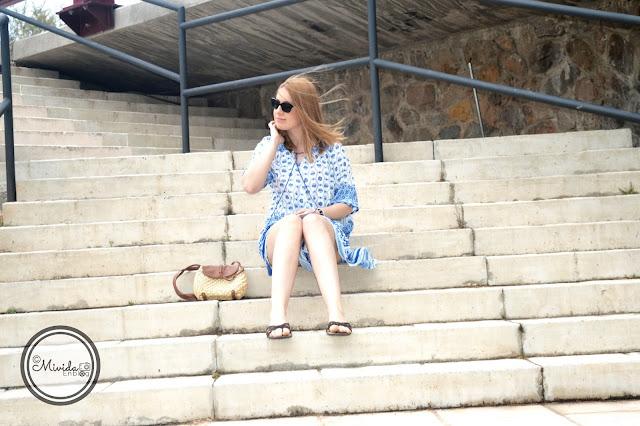 Vestido étnico azul y blanco de SheIn para MividaEnblog con bolso