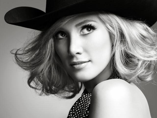 блондинка в шляпе
