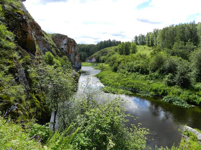 Скалы и заросли по берегам реки Багаряк