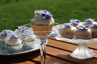 Pansy cupcakes, petit four