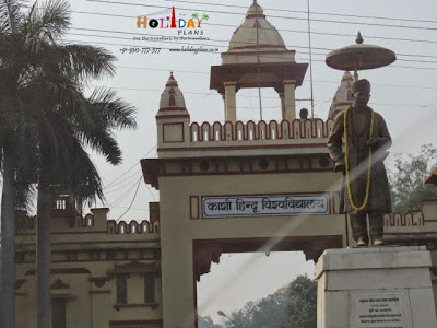 Statue of Bharat Ratna Pandit Madan Mohan Malviya at the entrance of Shri Vishwanath Mandir