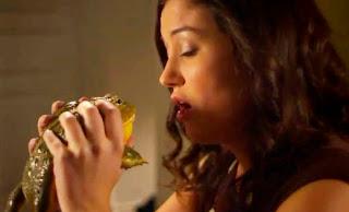 chica besando con lengua a un sapo