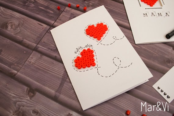 tarjeta con corazones de hama beads
