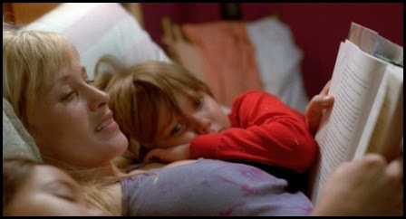 Patricia Arquette lee Harry Potter a Lorelei Linklater y Ellan Coltrane en Boyhood (Richard Linklater, 2014)