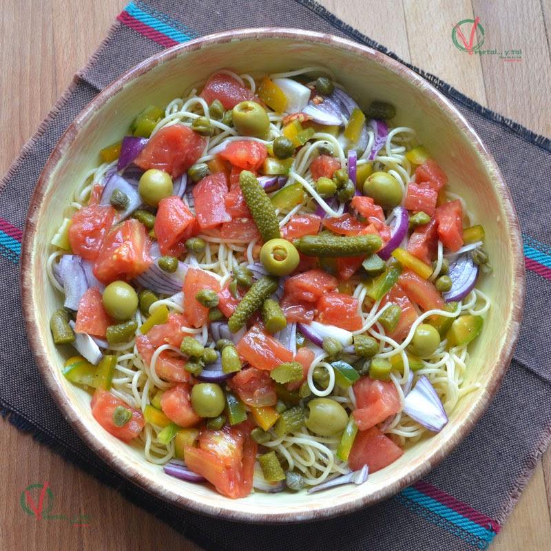 Ensalada de pasta con tomate en conserva.
