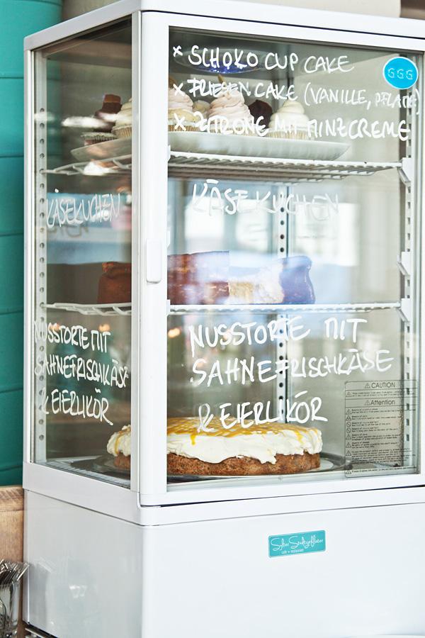 Sylter Stadtgeflüster Vitrine Kuchen Torten Cupcakes