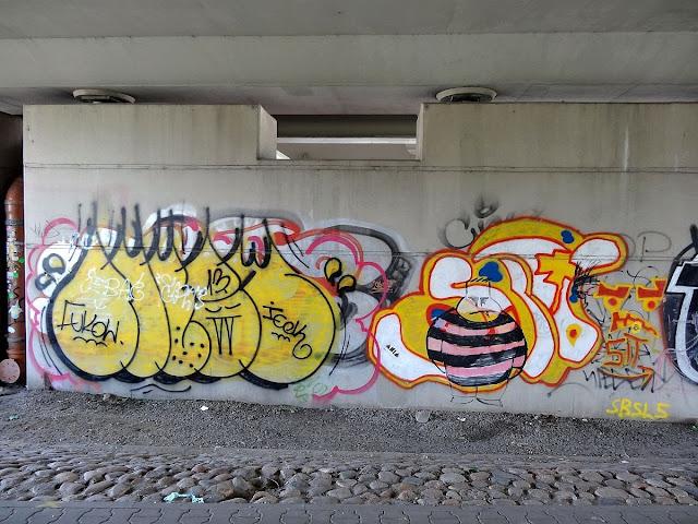 Lewobrzeżne graffiti mostu Świętokrzyskiego.