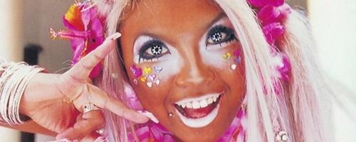 chica con demasiado maquillaje