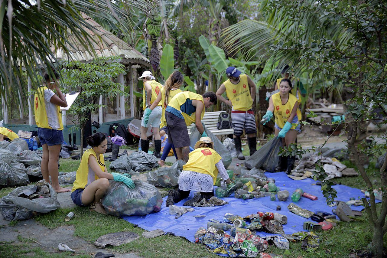 A grande variedade de resíduos exigiu paciência dos voluntas durante a coleta de dados.