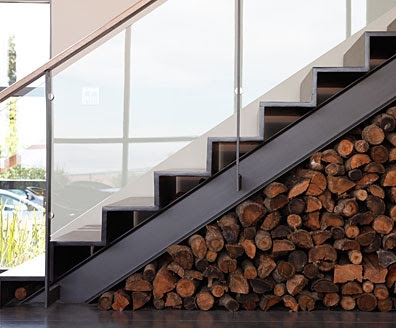 de una escalera moderna en hierro y barandilla de cristal, vemos como ...