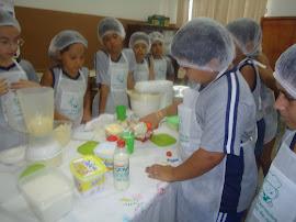 Jaime Saint'Clair colocando o leite