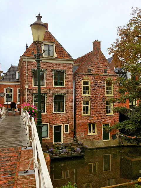 Picture of houses on the banks of the Damsterdiep in Appingedam, Groningen.
