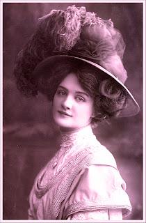 imagen vintage de dama victoriana en color magenta