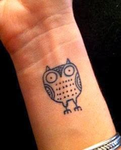 Tatuagens de coruja pequenas no pulso