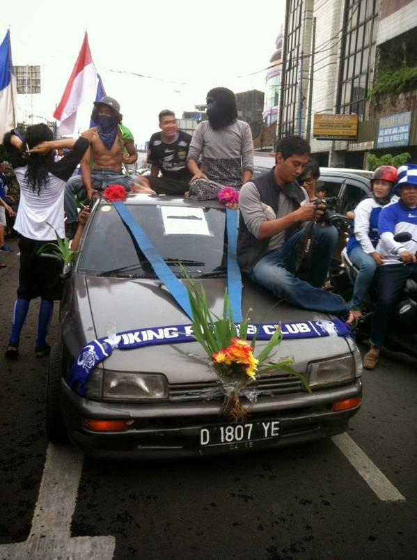 Mobil Pengantin Warnai Konvoi #PersibJuara