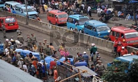 Suasana penertiban pedagang kaki lima pkl oleh petugas Satpol PP