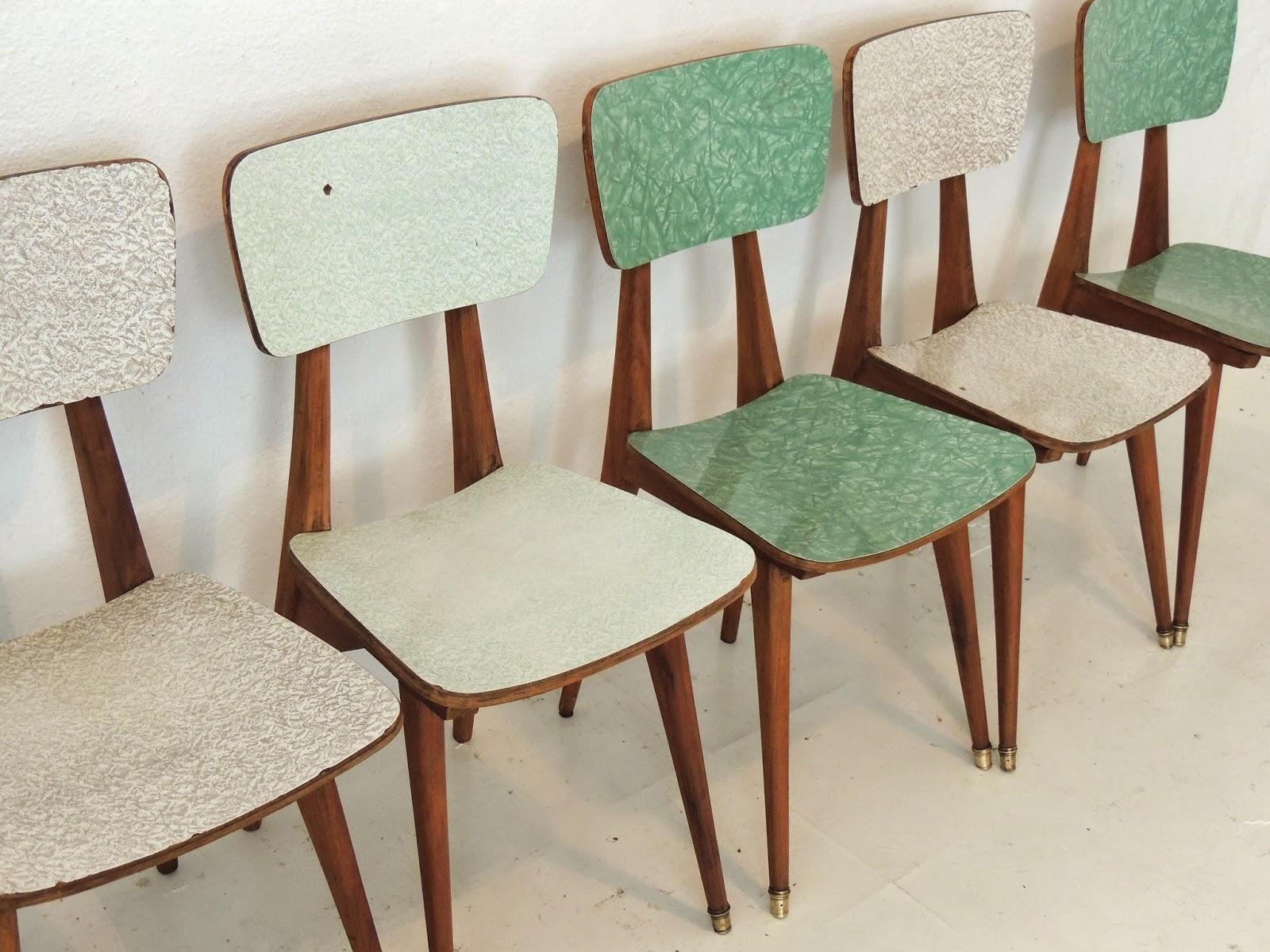 sillas escandinavas vintage en madera y vinilico de poca
