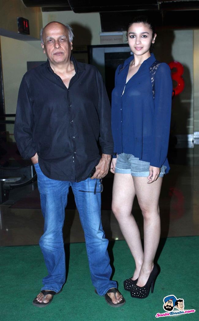 Alia Bhatt showing sexy leg