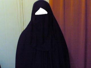 Kapankah Seorang Muslimah Diperbolehkan Untuk Membuka Cadarnya?