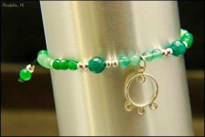 Pulsera de agatas verdes y bolas de plata con colgante de filigrana. Joyería artesanal personalizada