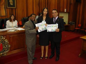 Pastor Marinho e Pastora Camila Recebendo Certificado das Mãos do Reverendo Fidelis