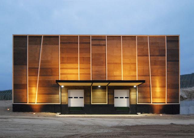 tanto de da como de noche las formas simples del volumen principal cerrado son por un cuerpo menor de madera y vidrio que alberga las